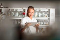Ritratto di un ricercatore femminile che effettua ricerca in un laboratorio Immagine Stock Libera da Diritti