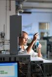 Ritratto di un ricercatore femminile che effettua ricerca in un laboratorio Immagini Stock