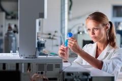 Ritratto di un ricercatore femminile che effettua ricerca in un laboratorio Immagini Stock Libere da Diritti