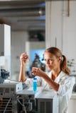 Ritratto di un ricercatore femminile che effettua ricerca in un laboratorio Fotografia Stock