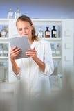 Ritratto di un ricercatore femminile che effettua ricerca in un laboratorio, facendo uso della a Fotografie Stock Libere da Diritti