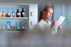 Ritratto di un ricercatore femminile che effettua ricerca in un laboratorio, facendo uso della a Fotografia Stock