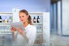 Ritratto di un ricercatore femminile che effettua ricerca in un laboratorio, facendo uso della a Immagini Stock