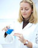 Ritratto di un ricercatore femminile grazioso Fotografia Stock
