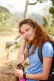 Ritratto di un riposo della ragazza dell'alpinista Fotografia Stock