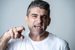 Ritratto di un 40s maturo all'uomo arrabbiato 50s e turbato bianco che sembra espressioni facciali umane furiose ed aggressive di fotografia stock libera da diritti
