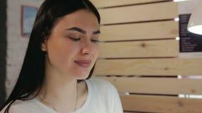 Ritratto di un salone di bellezza felice della ragazza archivi video