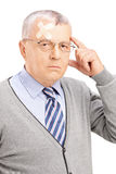 Ritratto di un signore maturo con l'emicrania che esamina macchina fotografica Fotografia Stock Libera da Diritti