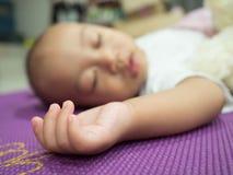 Ritratto di un sonno di menzogne del bambino Fotografie Stock Libere da Diritti