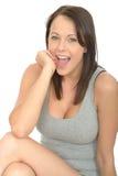 Ritratto di un sorridere attraente piacevole emozionante felice della giovane donna Fotografia Stock
