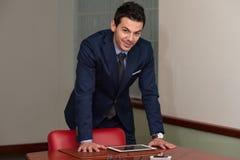 Ritratto di un sorridere casuale bello dell'uomo d'affari Fotografia Stock