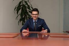 Ritratto di un sorridere casuale bello dell'uomo d'affari Fotografie Stock Libere da Diritti