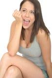 Ritratto di un sorridere emozionante rilassato piacevole felice della giovane donna Fotografia Stock Libera da Diritti