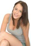 Ritratto di un sorridere rilassato piacevole felice della giovane donna Fotografie Stock Libere da Diritti