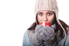 Ritratto di un tè bevente della bella donna, isolato su fondo bianco fotografia stock libera da diritti