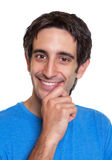 Ritratto di un tipo spagnolo astuto in una camicia blu Immagini Stock