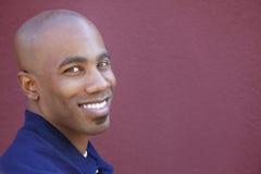 Ritratto di un uomo afroamericano felice sopra fondo colorato fotografia stock