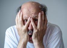 Ritratto di un uomo anziano spaventato spaventato nell'espressione di timore nelle emozioni e nelle espressioni facciali umane fotografie stock libere da diritti