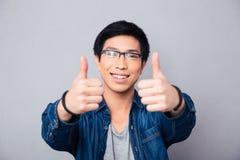 Ritratto di un uomo asiatico felice con il pollice su Fotografia Stock