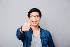 Ritratto di un uomo asiatico sorridente con il pollice su Fotografie Stock Libere da Diritti
