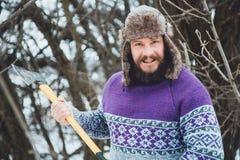 Ritratto di un uomo barbuto con un'ascia in sua mano Uomo barbuto brutale con un'ascia Fotografia Stock