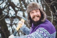 Ritratto di un uomo barbuto con un'ascia in sua mano Uomo barbuto brutale con un'ascia Immagini Stock