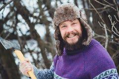 Ritratto di un uomo barbuto con un'ascia in sua mano Uomo barbuto brutale con un'ascia Fotografie Stock Libere da Diritti
