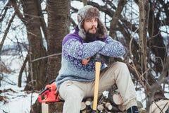 Ritratto di un uomo barbuto con un'ascia in sua mano Uomo barbuto brutale con un'ascia Fotografie Stock