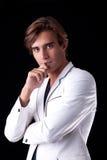 Ritratto di un uomo bello con il suo cappotto bianco Fotografie Stock Libere da Diritti