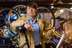 Ritratto di un uomo bello con le biciclette dietro Immagini Stock