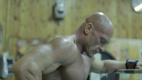 Ritratto di un uomo bello con un corpo perfetto archivi video