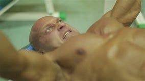 Ritratto di un uomo bello con un corpo perfetto video d archivio