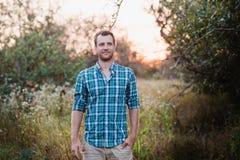 Ritratto di un uomo in camicia di plaid sulla natura Immagini Stock Libere da Diritti