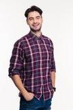 Ritratto di un uomo casuale sorridente che esamina macchina fotografica Immagine Stock
