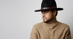 Ritratto di un uomo caucasico bello in jersey d'uso del cappello isolato su fondo bianco Copi lo spazio della pasta orizzontale Fotografia Stock Libera da Diritti
