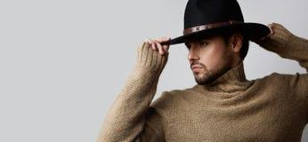 Ritratto di un uomo caucasico bello in jersey d'uso del cappello isolato su fondo bianco Copi lo spazio della pasta orizzontale Fotografia Stock