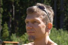 Ritratto di un uomo con gli occhiali da sole Fotografie Stock Libere da Diritti