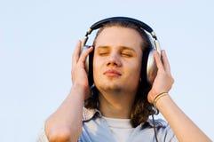 Ritratto di un uomo con i trasduttori auricolari Fotografie Stock