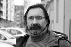 Ritratto di un uomo con i vetri - sguardo serio fotografia stock libera da diritti