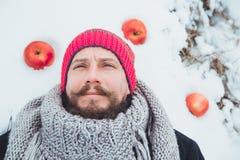 Ritratto di un uomo con una barba che divora carne cruda Barbuto nordico affamato mangia la carne Fotografia Stock Libera da Diritti