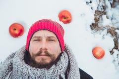 Ritratto di un uomo con una barba che divora carne cruda Barbuto nordico affamato mangia la carne Immagine Stock Libera da Diritti
