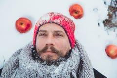Ritratto di un uomo con una barba che divora carne cruda Barbuto nordico affamato mangia la carne Immagine Stock