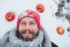 Ritratto di un uomo con una barba che divora carne cruda Barbuto nordico affamato mangia la carne Immagini Stock Libere da Diritti