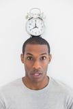 Ritratto di un uomo con una sveglia sopra la sua testa Fotografia Stock Libera da Diritti