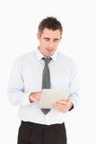 Ritratto di un uomo d'affari che per mezzo di un calcolatore del ridurre in pani Fotografia Stock Libera da Diritti