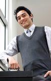 Ritratto di un uomo d'affari che tiene una cartella Immagini Stock