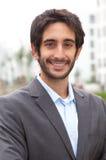 Ritratto di un uomo d'affari con capelli neri e della barba nella città Fotografia Stock Libera da Diritti