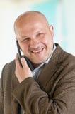 Ritratto di un uomo d'affari con un telefono cellulare Immagine Stock Libera da Diritti