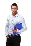 Ritratto di un uomo d'affari felice con il dispositivo di piegatura blu fotografia stock