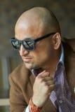 Ritratto di un uomo d'affari indiano hansome nell'uomo serio e sicuro degli occhiali da sole, Immagine Stock Libera da Diritti